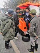 售后人员正悉心培训云南物业客户扫地机的使用